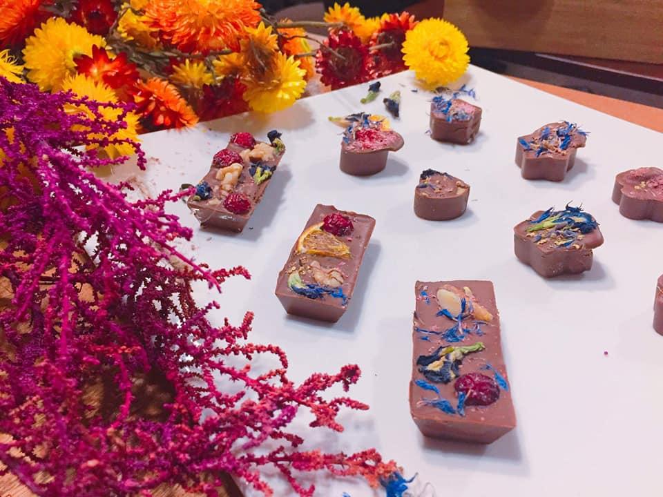 第一回目CREATIVE FRIDAYは<br>特別ゲスト講師・ボタニカルアクセサリー作家の<br>「 mill」さんのお花のチョコづくり&#038;<br>撮影に没頭